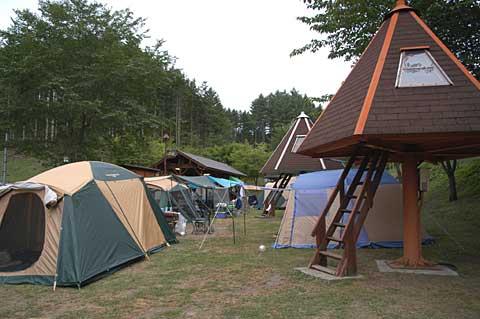 キャンプサイトとマッシュルームキャビン